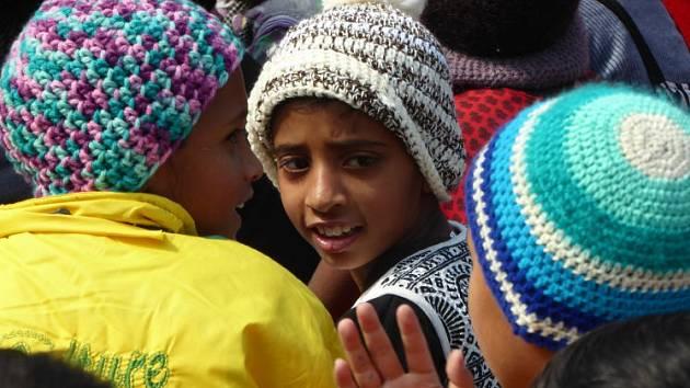Indické děti v rakouských čepicích.