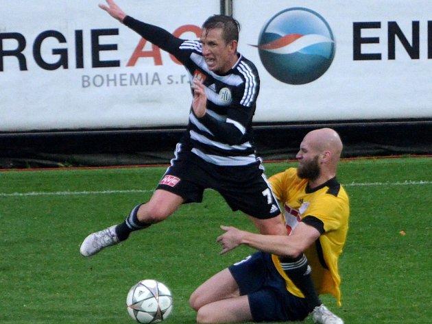 Petr Benát v souboji s opavským Smolou. Dynamo zdolalo doma i Opavu a těší se na pohár se Spartou.