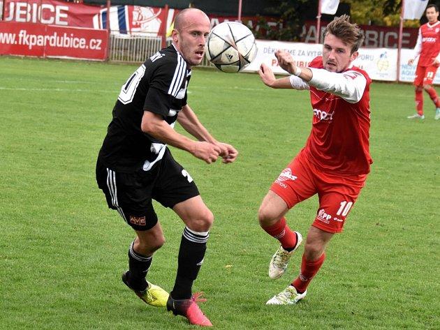 Ivo Táborský v Pardubicích v souboji s domácím Fusekem: Pardubice - Dynamo ve II. lize 0:0.