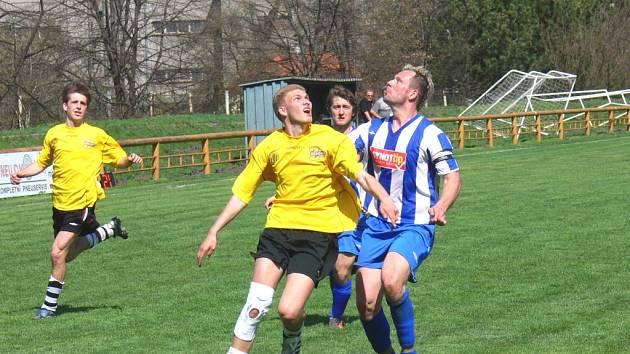 Zatímco Lišov venku podlehl, Lokomotiva vydřela tři body. Na snímku ze vzájemného utkání v S. Vrbném bojují o míč Tomáš Choutka (vlevo) a lišovský kapitán Jindřich Šefčík.