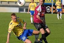 Jan Svátek dal Teplicím jediný gól zápasu. Na snímku bojuje s Rosou.