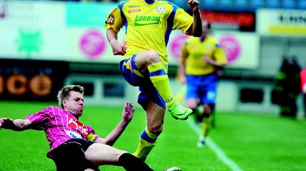 Obrana Dynama hrála v neděli velice pozorně: Libora Žůrka zastavuje kapitán týmu David Horejš: Dynamo – Zlín 1:0.