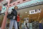 V prodejně obuvi v českobudějovickém nákupním centru IGY začal v pondělí incident, při němž museli policisté střílet.