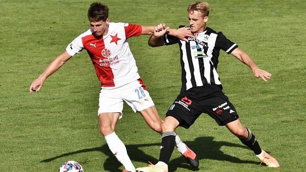 Patrik Čavoš v zápase Dynama se Slavií atakuje Lukáše Masopusta: Dynamo v ligovém restartu hostí v sobotu doma Zlín.