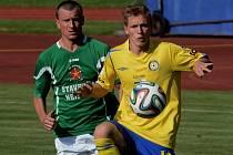 Ondřej Sajtl v zápase posledního kola divize Č. Krumlov - Písek (0:3) uniká domácímu Beránkovi.