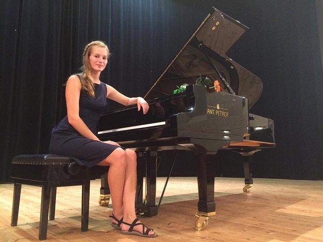 Klavíristka Réza Kahudová zčeskobudějovické konzervatoře se připravuje na maturitu.