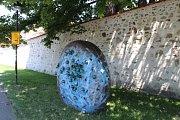Na snímku Odvrátená tvár Země z bronzu a nerezi na Zátkově nábřeží. Autor Ondrej 4.