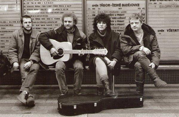 Slavná folková kapela Minnesengři ožije 14.listopadu na koncertě včeskobudějovickém DK Metropol. Na snímku sestava zposlední etapy kapely.