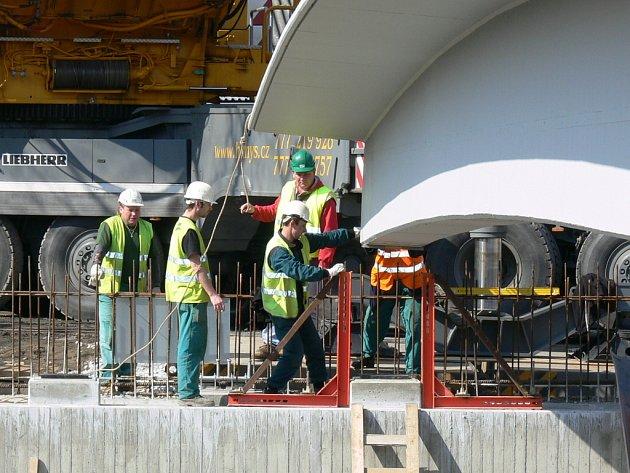 V sobotu a v neděli usadili stavbaři v Mladém na pilíře nosníky pro nový most. Ten překlene železniční trať České Budějovice – České Velenice.