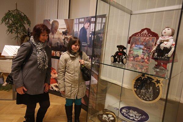 Jihočeské muzeum otevřelo dvě adventní výstavy. Přinášejí pohled na Vánoce našich prababiček a stará řemesla.