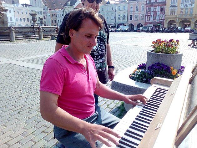 Klavír rozeznívá českobudějovickém Náměstí Přemysla Otakara II. od r. 2005. Na snímku Martin Beránek.
