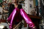 Oděvní výtvarnice Nicole Matéffy z Českých Budějovic ušila svou první valentýnskou kolekci. Na snímku předvádí model Zuzana Plávková.