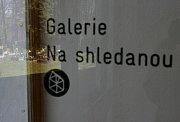 S výstavou nazvanou Pomněnky se v sobotní vernisáži od 15 hodin představí výtvarnice s restaurátorka Marie Blabolilová v unikátní funerální galerii v nedokončené smuteční síni v areálu volyňského hřbitova. Výstava potrvá do konce června.