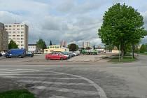 Plochu budoucího parkoviště v Jírovcově ulici už využívají automobily, které stojí v místech bývalých kasáren.