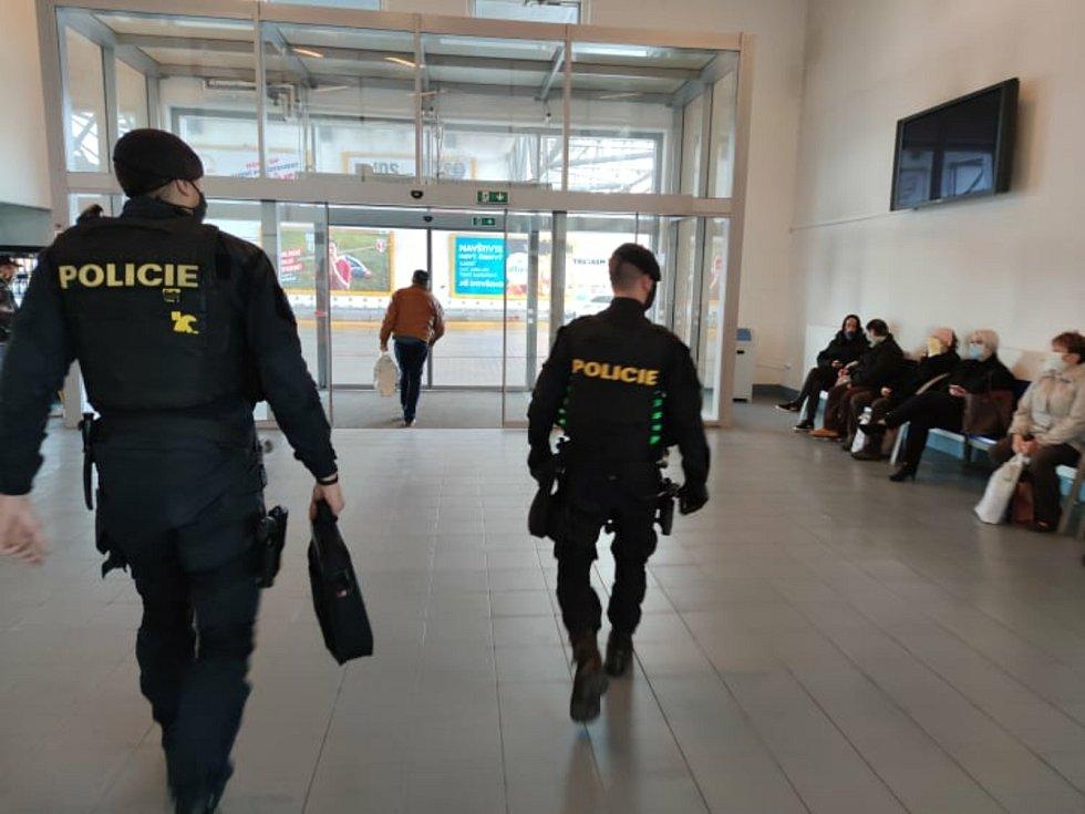 Policisté v Českých Budějovicích v rámci své služby dohlíží na dodržování opatření v nouzovém stavu.