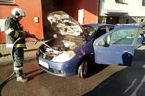 V českobudějovické ulici E. Beneše hasiči likvidovali požár osobního auta.