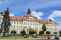 Primářem psychiatrického oddělení českobudějovické nemocnice je Jan Tuček od roku 2004. Pacienti mají možnost vyjít i sami do zahrady, která je součástí tohoto oddělení.