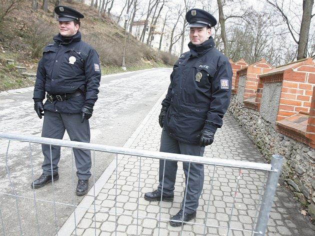 Zámek Hluboká nad Vltavou a jeho park se podobá pevnosti, všechny příjezdové trasy jsou neprodyšně uzavřeny.