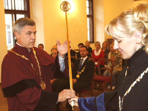 Inaugurace prvního rektora Vysoké školy technické a ekonomické Miroslava Krejči.