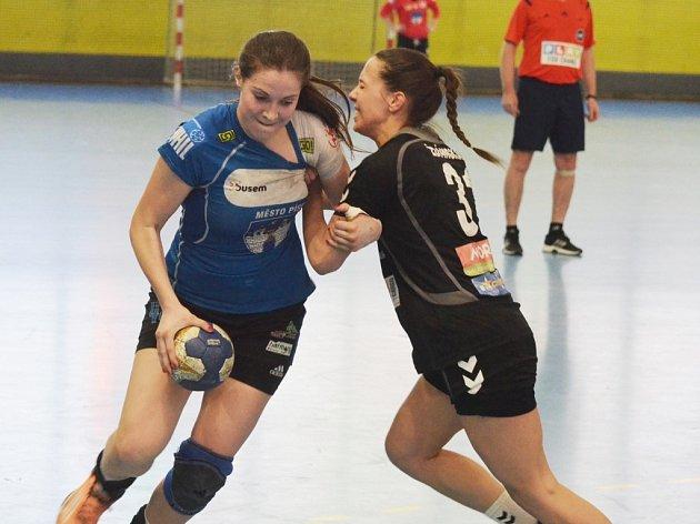 O VŠECHNO. Sára Kovářová podává v play-out výborné výkony, na Olomouc to ale nestačilo. Písecká kanonýrka na snímku v souboji s olomouckou Ždánskou.