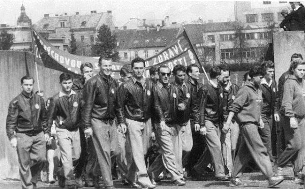 Vprvomájovém průvodu 1954ze Sokolského stadionu (zleva) Lenc, Buřič, Šůna, Španinger, Kroupa, Č. Pícha, Oberleitner, Červený a Mizera.