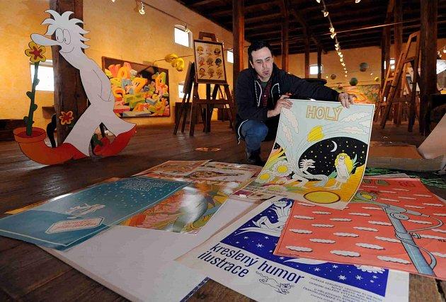 Pan Pip vŽelči. VObrazárně Špejchar Želeč na Táborsku začala výstava Stanislava Holého. Nabízí na 200obrazů, kreseb a včeské premiéře iplakátů.  Na snímku syn autora Matěj Holý.
