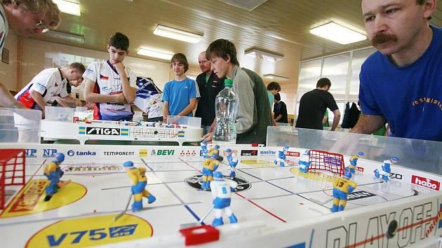 32 hokejových zápasů naráz se hrálo v sobotu v Českých Budějovicích. Jídelna U Tří lvů ožila dalším kolem českého poháru ve stolním hokeji, hráli i handicapovaní.