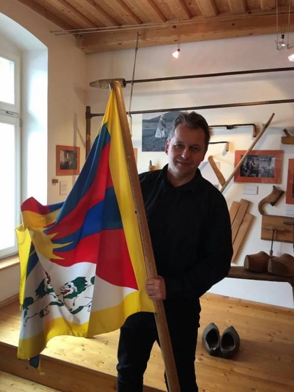 Vlajky pro Tibet zavlály i v jižních Čechách. Kvilda, s vlajkou Tibetu starosta Václav Vostradovský. Foto: OÚ Kvilda