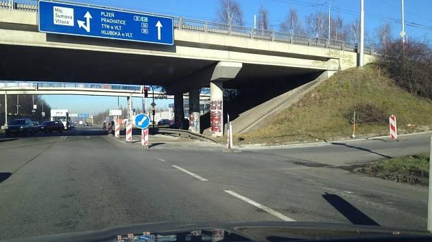 Zábrany pod Diamantem, kvůli kterým se na výpadovce z Budějovic tvořily kolony, se řadě řidičů zdály zbytečné.         I když tu již dělníci nepracovali, auta musela počkat, až vytvrdne čerstvý beton. Od dneška už se doprava vrací k normálu.