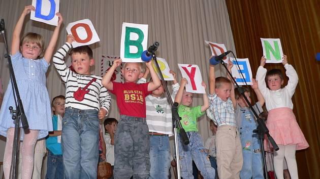 Ke každé narozeninové oslavě patří zábava. Ve Zvíkově ji v kulturním domě odstartovali jedni z nejmladších obyvatel – žáčci místní mateřské školy s roztomilým vystoupením.