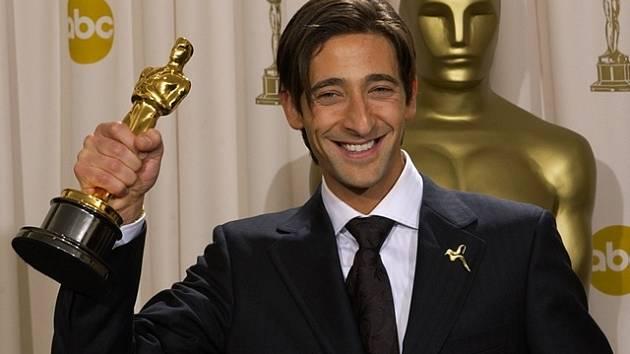 Hlavní roli ve filmu Císař hraje Adrien Brody. Na snímku s Oscarem, kterého dostal v roce 2003 za film Pianista.