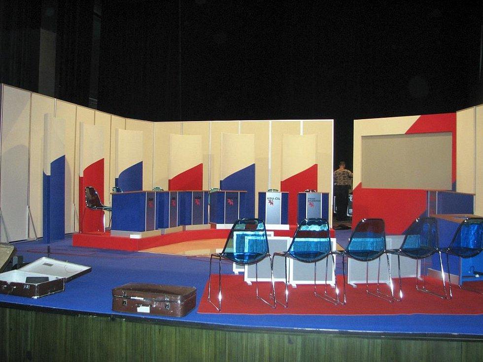 Na snímcích rozebírají technici České televize kulisy pro vysílání pořadu Otázky Václava Moravce. Šest volebních lídrů mělo odpovídat na dotazy, ale akce byla zrušena, protože Ústavní soud se začal zabývat stížností Melčáka proti předčasným volbám.