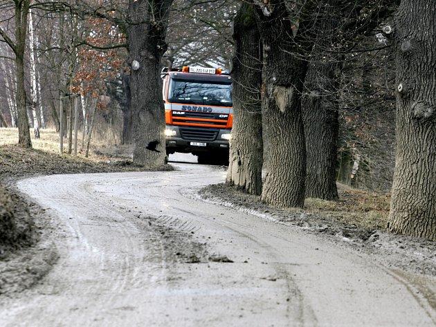 Těžké náklaďáky zničily cyklostezku České Budějovice – Hluboká nad Vltavou natolik, že až do konce dubna se zde bude muset pokládat nový asfaltový povrch.