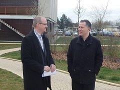 Nový děkan Rudolf Svoboda (vlevo) a rektor JU Tomáš Machula.