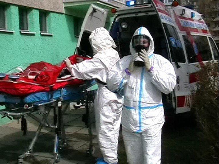 Pro sousedku, která si mohla teoreticky z Jávy či Bornea přivézt vysoce nakažlivou infekci, nepřijela obyčejná posádka sanitního vozu, ale kompletní Biohazard tým. U zásahu navíc  asistovaly jednotky hasičů a policisté.