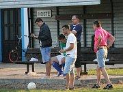 Zklamaná lavička hostů. V bílém hrající Dolní Bukovsko doma se Suchdolem (2:2) zachraňovalo bod gólem Jiřího Kliky v 89. minutě, kdy hrálo bez dvou vyloučených.