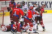 Všichni se prali, jen Václav Nedorost (uprostřed) zůstal nad věcí.  Talentovaný útočník plnil v Budvar aréně převážně defenzivní úkoly.