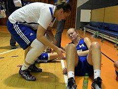 ODCHOVANKYNĚ strakonického basketbalu Julie Reisingerová zničila svůj mateřský oddíl jak v říjnu ve Strakonicích, tak i v neděli večer v Karlových Varech. Stálo ji to ale hodně sil.