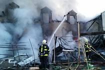 Přes pět hodin bojovali hasiči s mohutným požárem dvoupodlažního domu v Kaplici. Všichni přítomní vyvázli bez zranění.