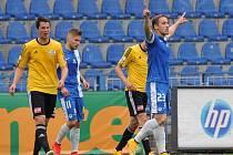 Josef Šural se raduje z jednoho ze svých dvou gólů, budějovický Pavel Eliáš smutní: Liberec - Dynamo 5:1.