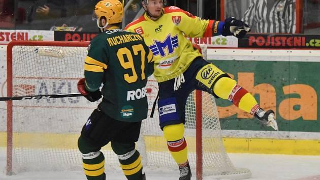 Útočník ČEZ Motoru Miroslav Holec (ve žlutém) slaví gól na 1:1, vsetínský Radim Kucharczyk už přišel pozdě.