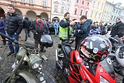 Sraz motorkářů na budějovickém náměstí Přemysla Otakara II. na Štědrý den.