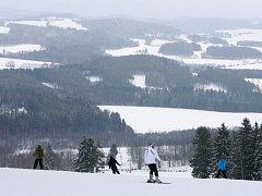 Jihočeská zimní střediska, lipenský skiareál na Kramolíně  a šumavský na Zadově, zahájila o víkendu provoz.