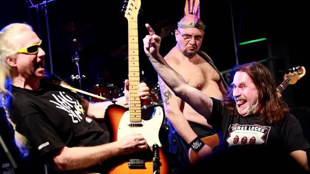 Komponovaný punkový večer o životní pouti trojjediného hrdiny Hároše Čapapiho v podaní punk rockové skupiny Visací Zámek v českobudějovickém KD Vltava.