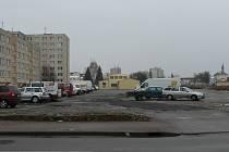 Na ploše po zbouraných kasárnách se parkuje už nyní. V příštím roce by zde mělo vzniknout záchytné parkoviště.