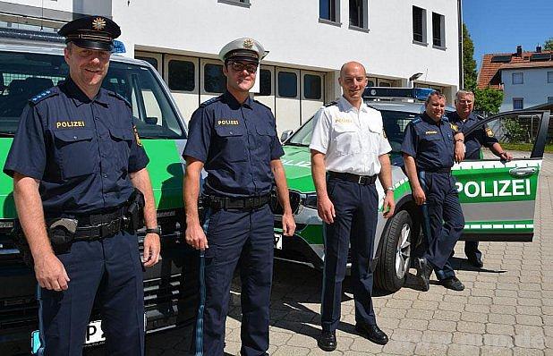 Bavorští policisté se převlékají.