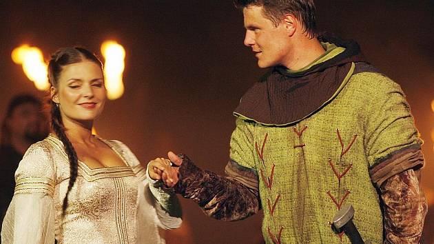 Jihočeské divadlo začalo prodávat vstupenky na příští sezonu před otáčivým hledištěm v Českém Krumlově. Znovu uvede i Robina Hooda, na snímku Dana Verzichová jako Marianna a Ondřej Veselý jako Robin.