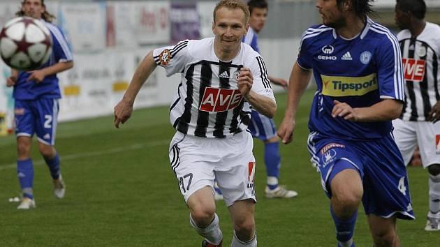 Útočník Dynama Lubomír Meszároš v zápase s Olomoucí bojuje o míč s hostujícím Martinem Komárkem.