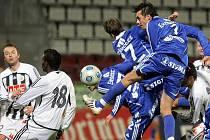 Na podzim fotbalisté Dynama na Hané prohráli 2:0 (hlavičkuje olomoucký Michal Ordoš, vlevo jsou Michael Žižka a Fernando Hudson), jak dopadne nedělní odveta v Č. Budějovicích?