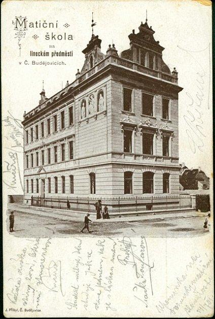 Pohlednice zachycuje Matiční českou školu na Lineckém předměstí vČeských Budějovicích.